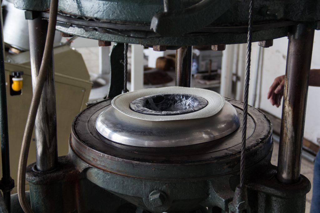 Mit Wasserdamp und Druck bekommen die Hüte die endgültige Form