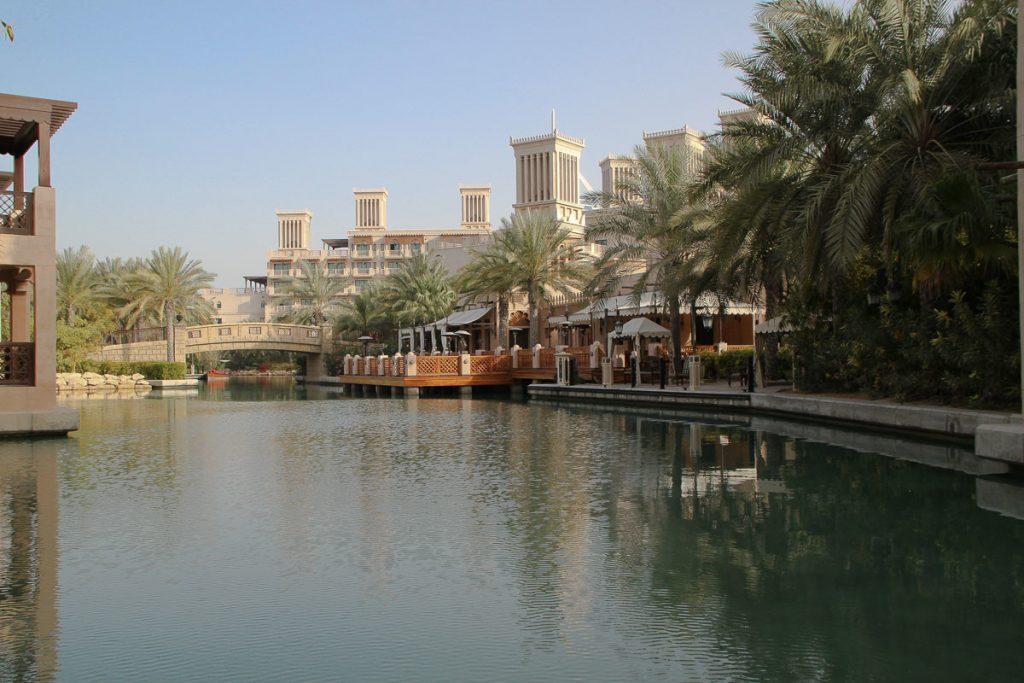 Rechts das Restaurant Paithai, im Hintergrund der Komplex Al Qasr