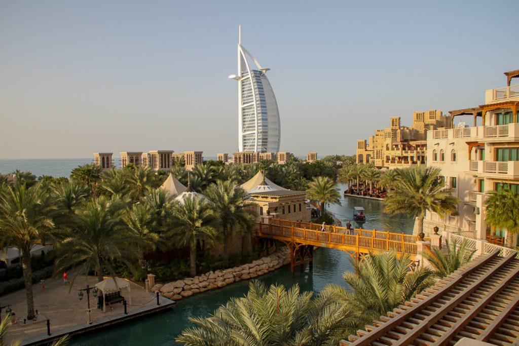 Blick über Madinat Jumeirah auf das berühmte Burj al Arab