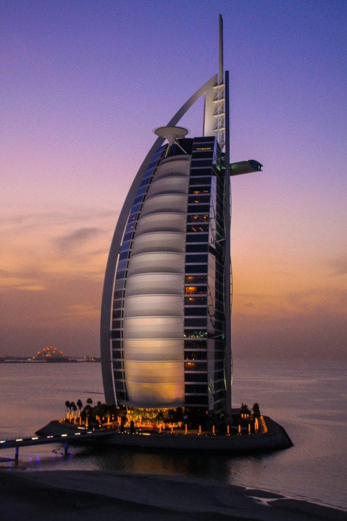 Blick vom Jumeirah Beach Hotel auf den Burj al Arab in der Dämmerung