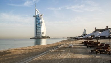 Blick über den Strand vom Madinat Jumeirah auf das Burj al Arab