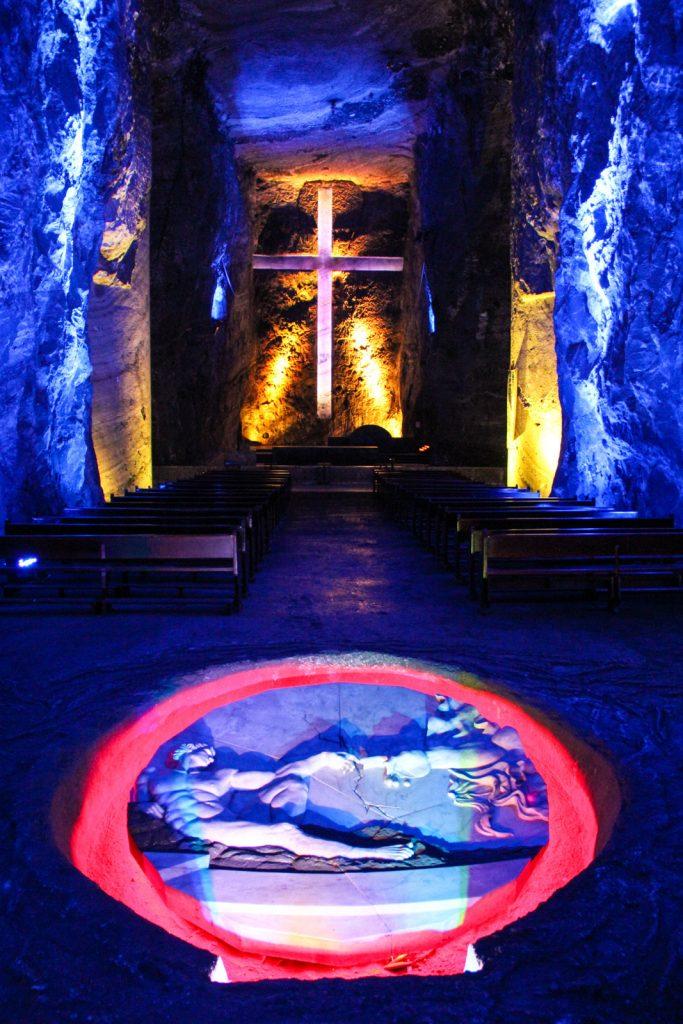 Das Hauptschiff mit Kreuz und beleuchteter Skulptur im Boden