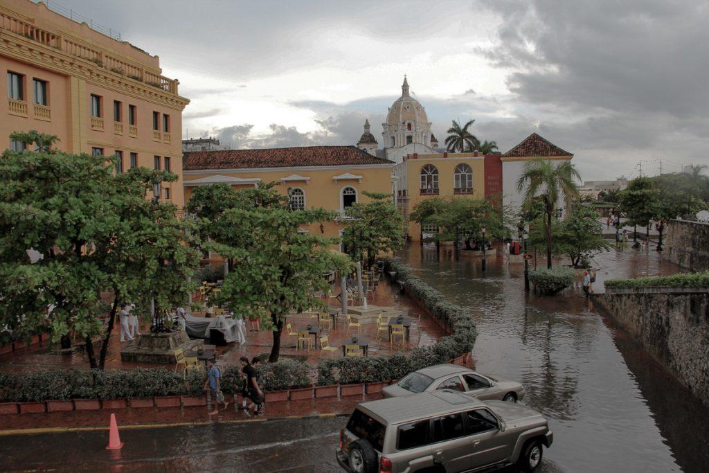 Blick von der Stadtmauer auf die überfluteten Strassen von Cartagena
