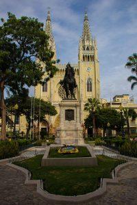 Denkmal von Simon Bolivar, im Hintergrund die Kathedrale von Guayaquil