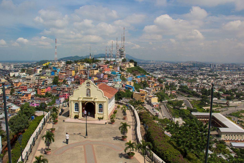 """Blick vom Leuchtturm über die Kapelle auf den """"El Carmen"""" Berg und Guayaquil im Hintergrund"""