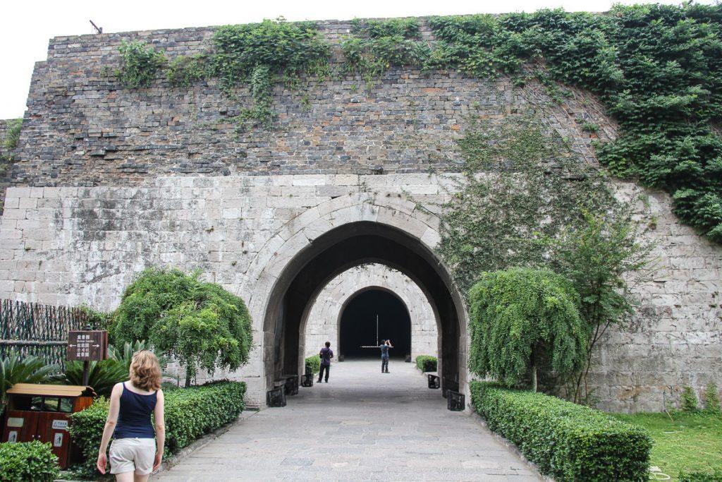 Die viele Meter dicke Stadtmauer