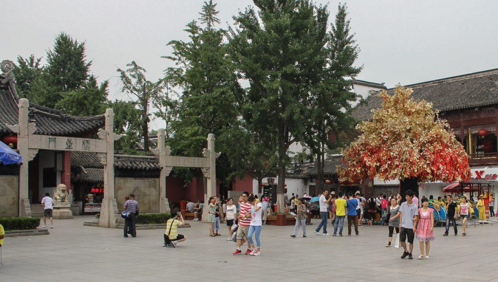 Links der Eingang zur Tempelanlage - rechts ein Glücksbaum