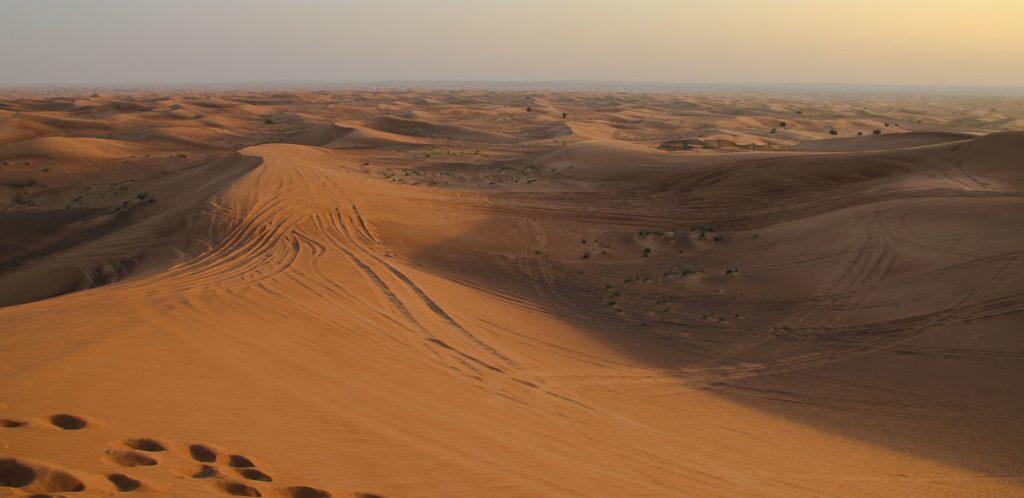 Dubais Wüste in der Dämmerung