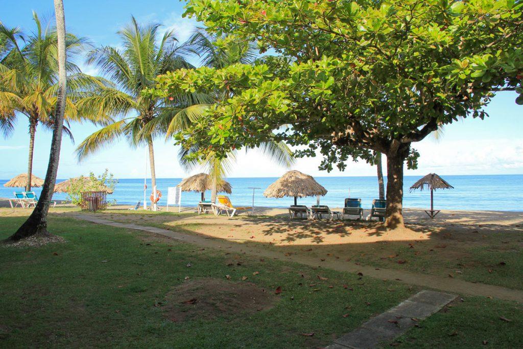 Blick von der Terrasse auf den Strand