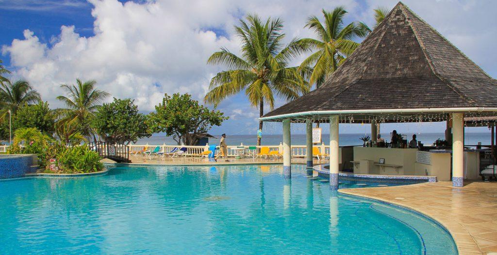 Pool und Bar im Hotel Turtle Beach auf Tobago