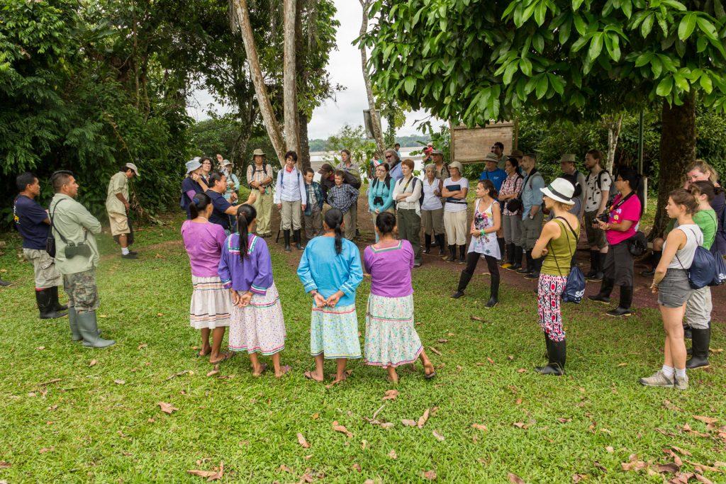 Touristengruppe in der Quichua-Gemeinde Isla Sani