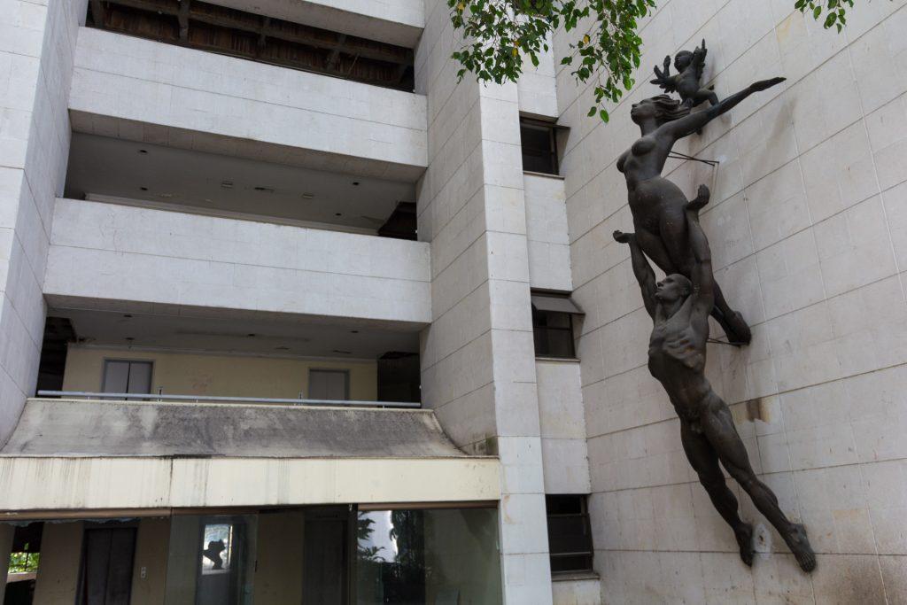 Eingangshalle mit großer Statue
