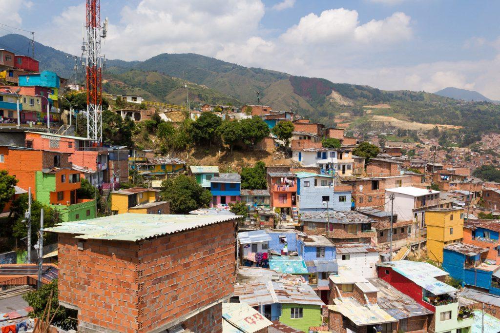 Blick aus der Comuna 13 zu einem Massengrab in Medellin