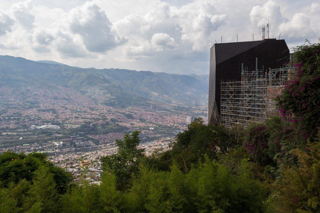 Blick von der Comuna 2 an der Biblioteca Parque España vorbei über Medellin