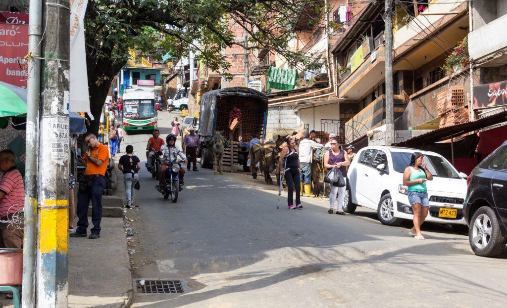 In der Comuna 2 transportieren Pferde Baumaterialien