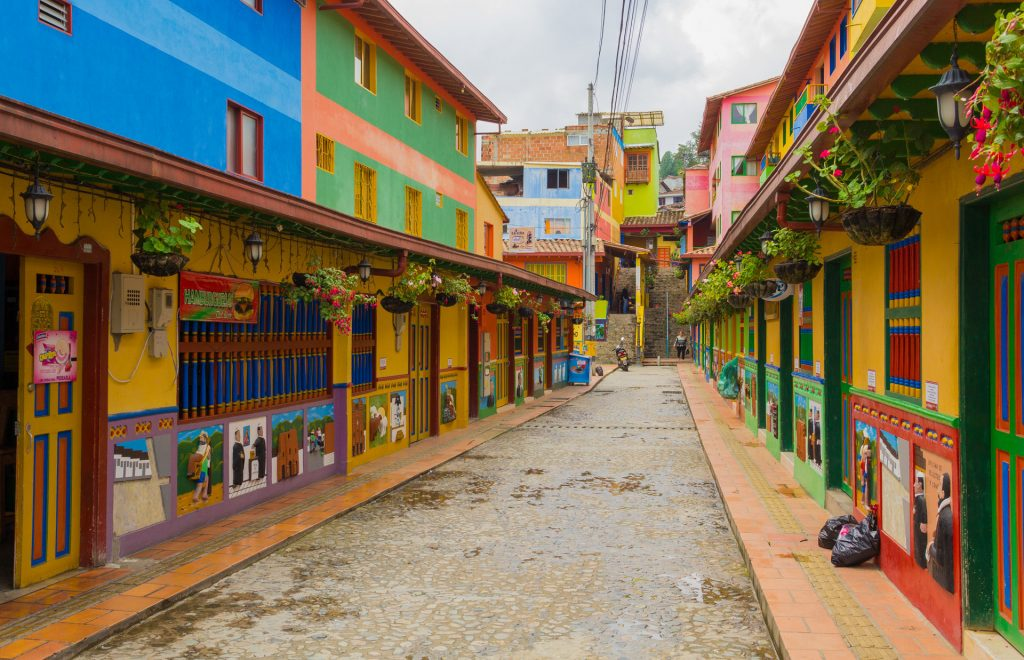 farbenfrohe Strasse in Guatapé