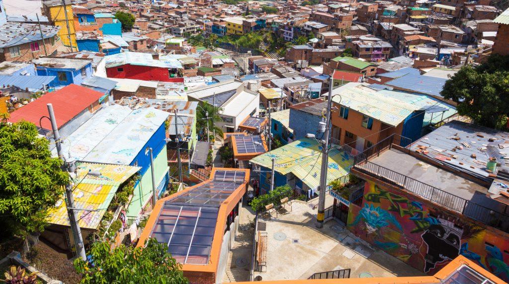 Blick über die Rolltreppen der Comuna 13 in Medellin