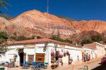 Blick aus Purmamarca auf den Berg der sieben Farben