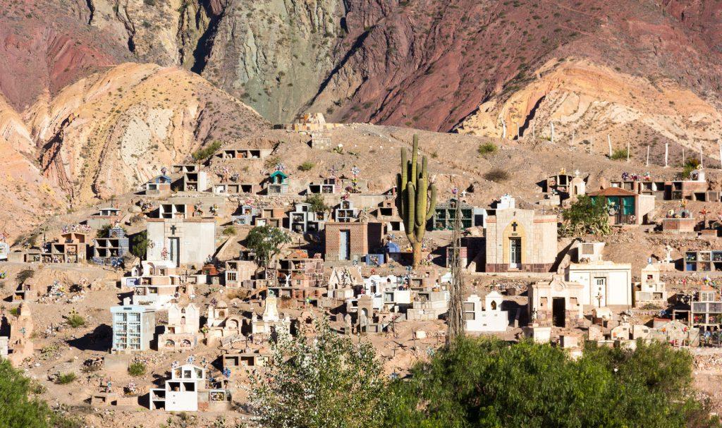Der Friedhof von Maimará mit La Paleta del Pintor im Hintergrund