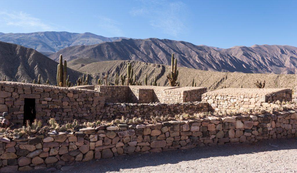 Teile der Festung Pucará de Tilcara mit Kandelaberkakteen im Hintergrund