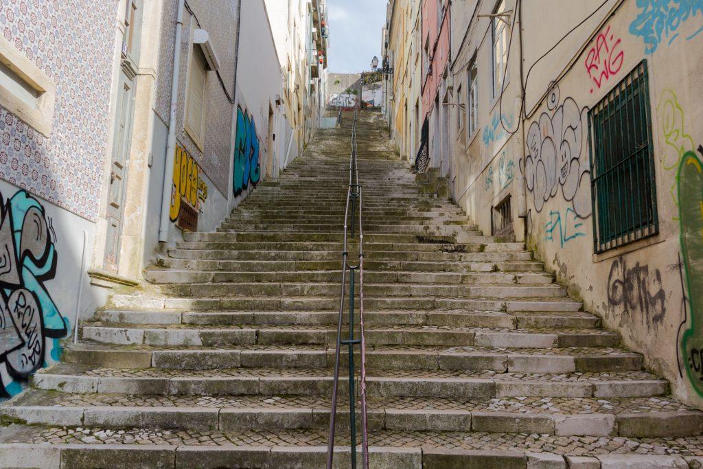 Steile Treppen führen auf den Gipfel des Miradouro da Graça