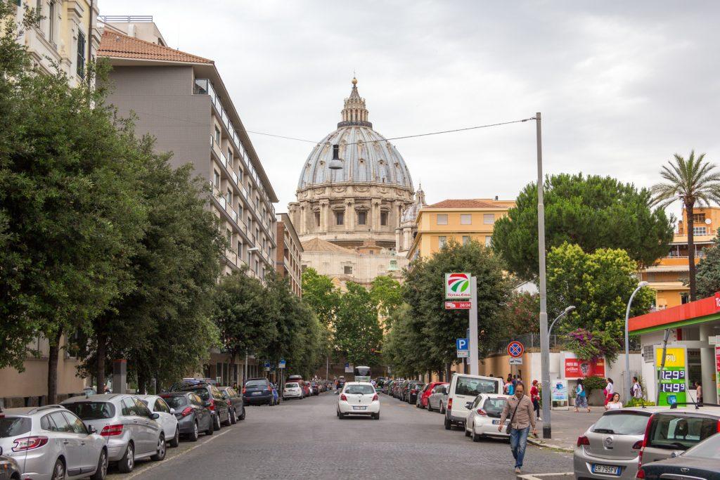 Ein erster Blick auf die Kuppel vom Petersdom
