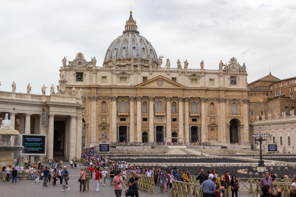 Blick vom Ausgang auf den Petersdom