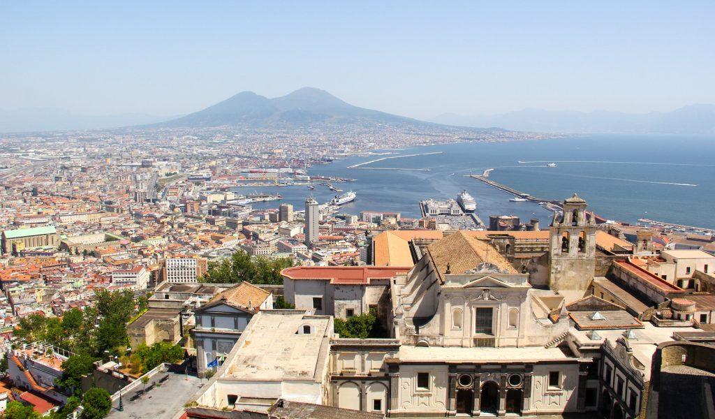 Blick über Neapel und den Hafen auf den Vesuv