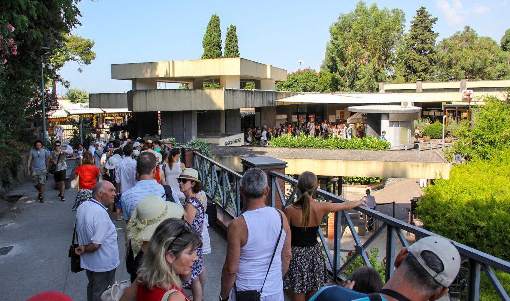 Schlange am Eingang von Pompeji
