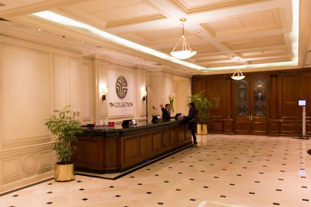 Die weitläufige Lobby im Hotel