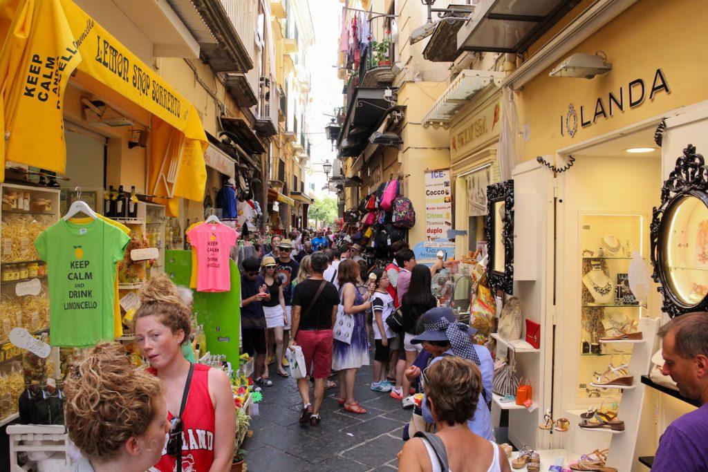 Shopping in der Via San Cesareo in Sorrent