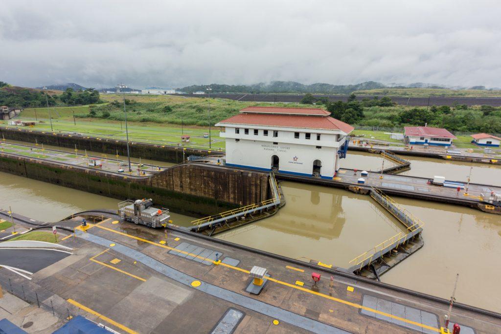 Der Panamakanal - Blick auf die Tore der Miraflores-Schleuse