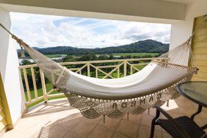Balkon mit Hängematte und Blick über den Rio Chagres