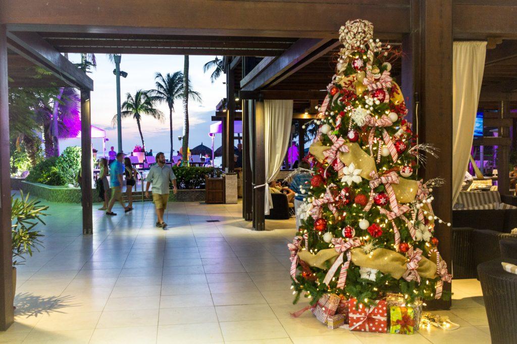 Weihnachtsbaum in der Lobby vom Divi All-Inclusive Resort auf Aruba