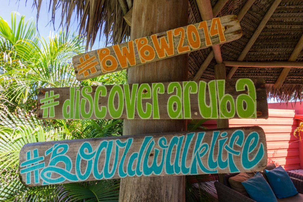 Handgemalte Schilder im Boardwalk Hotel auf Aruba