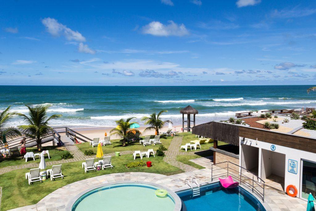 Blick vom Kembali Hotel über Pool und Strand