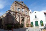 Eine alte Kirchenfassade