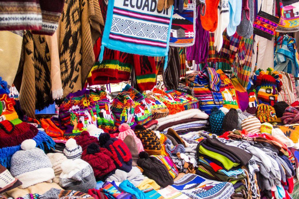 Textilwaren auf dem Markt in Otavalo