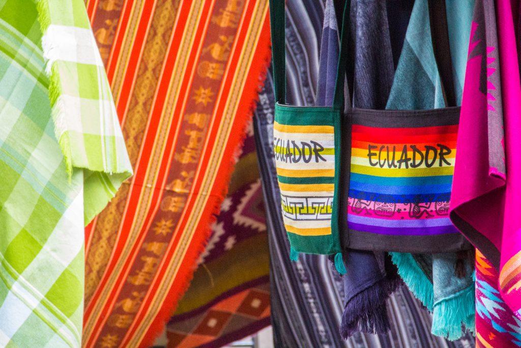 die wichtigste Farbe auf dem Markt in Otavalo ist bunt