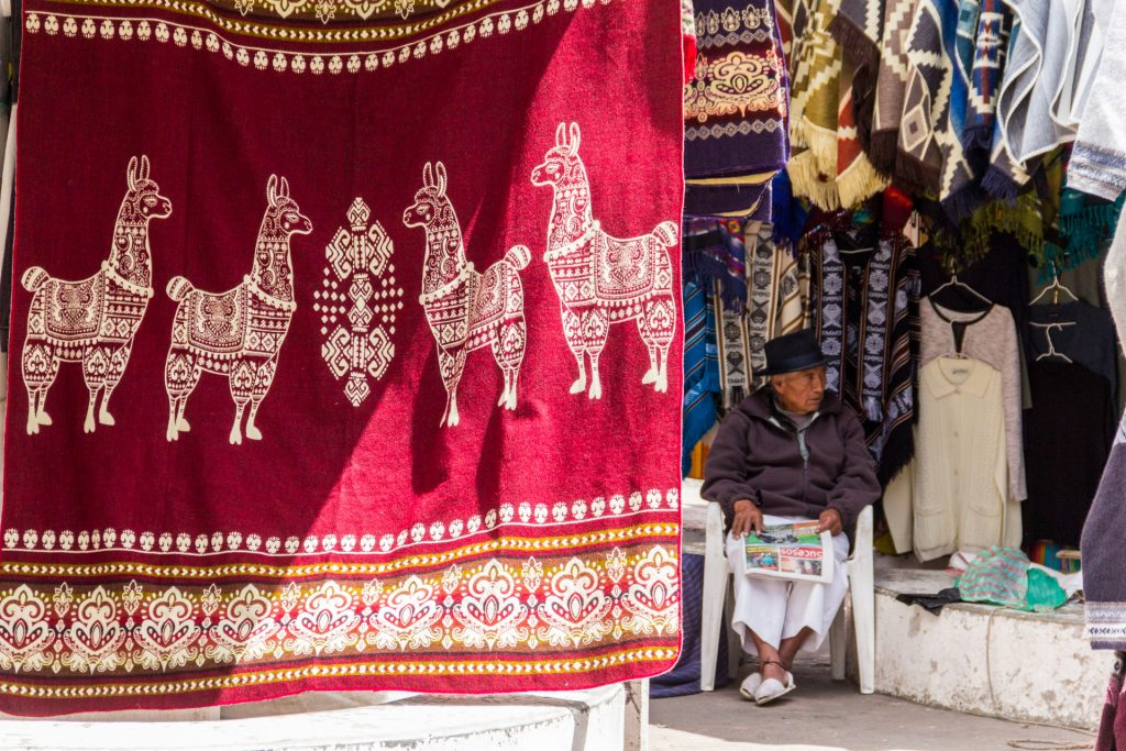 Lamas sind ein allgegenwärtiges Motiv in Otavalo