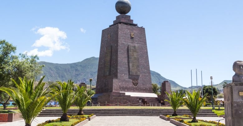 Das Äquatordenkmal Mitad del Mundo in Quito, Ecuador