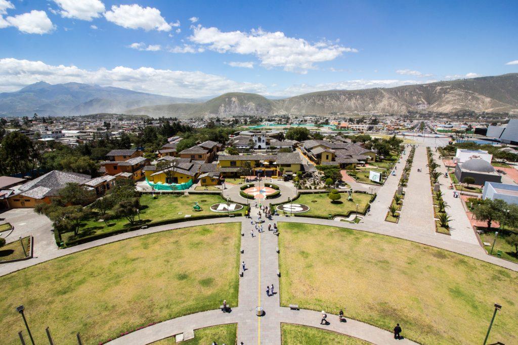 "Blick vom Äquatordenkmal ""Mitad del Mundo"" in Quito"