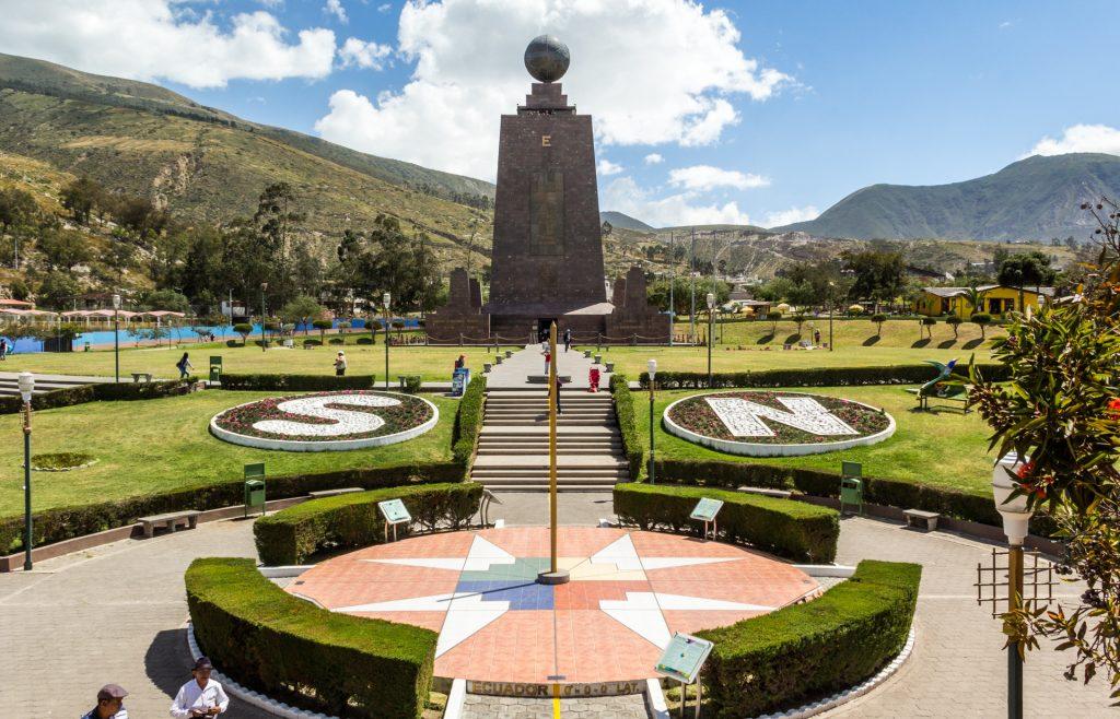 Blick von der falschen Äquatorlinie auf des Denkmal Mitad del Mundo