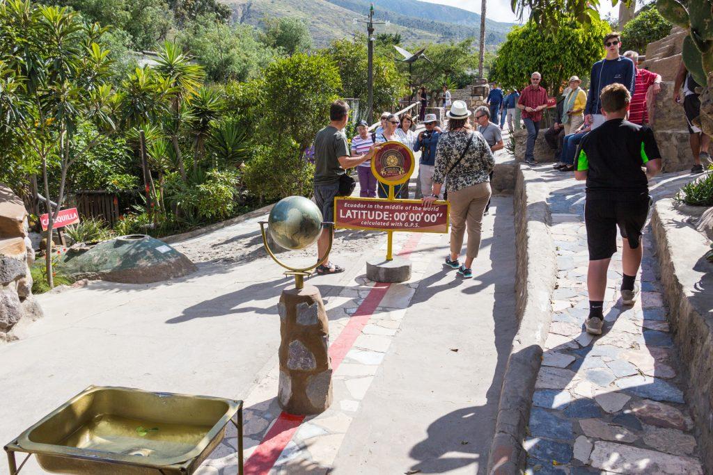 Experimente auf der Äquatorlinie im Intiñan Museum