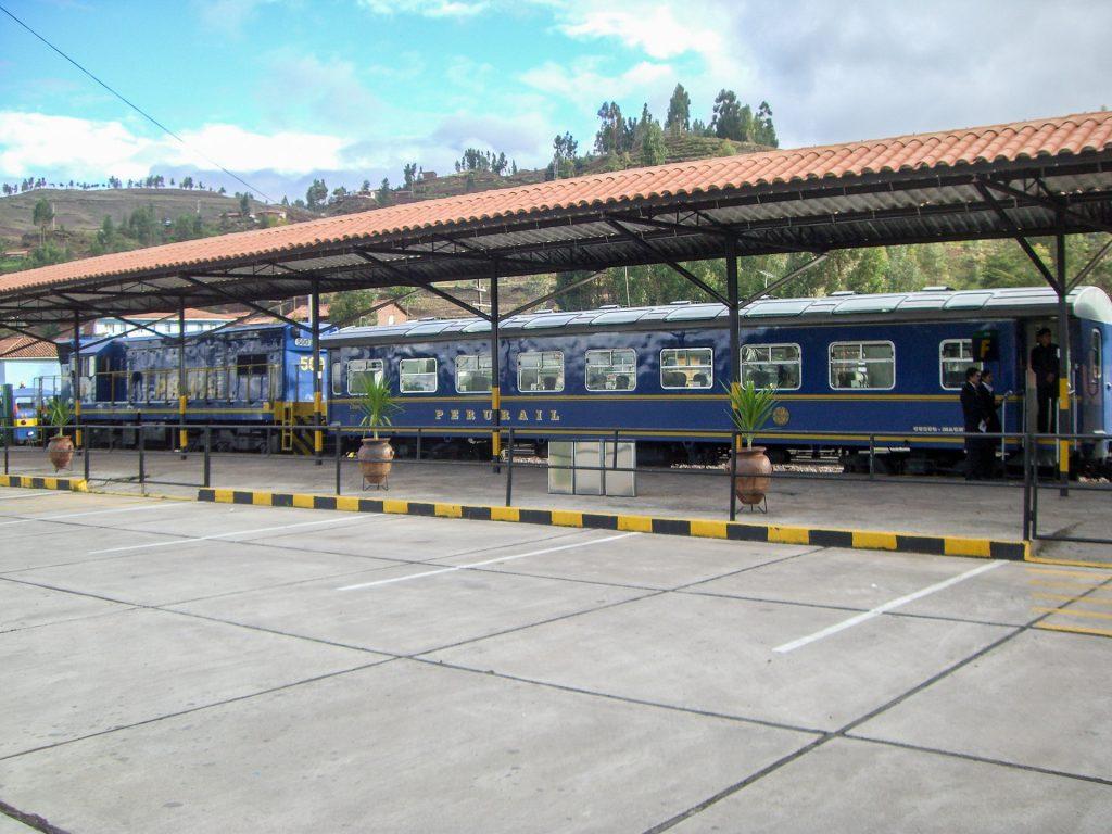 Der Zug von PeruRail an der Haltestelle