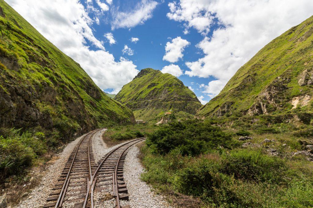 Blick über die Bahngleise auf die markante Teufelsnase