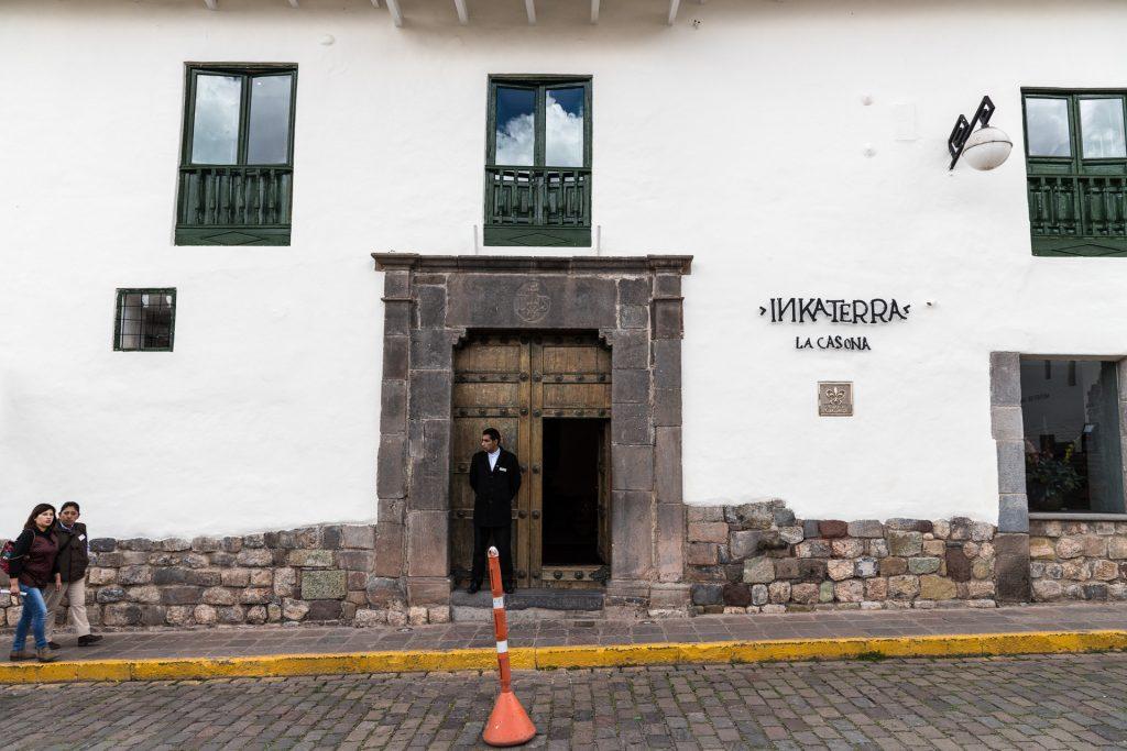 Die schlichte Fassade vom Hotel Inkaterra La Casona