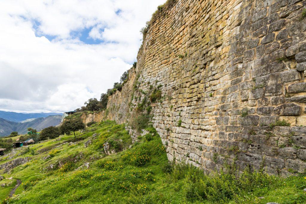 Bis zu 20 Meter hoch ist die Mauer um Kuélap