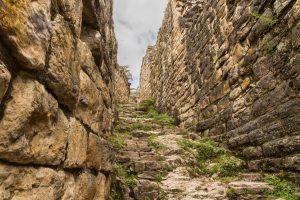 Durch einen schmalen, steilen Weg kommt man in die Festung