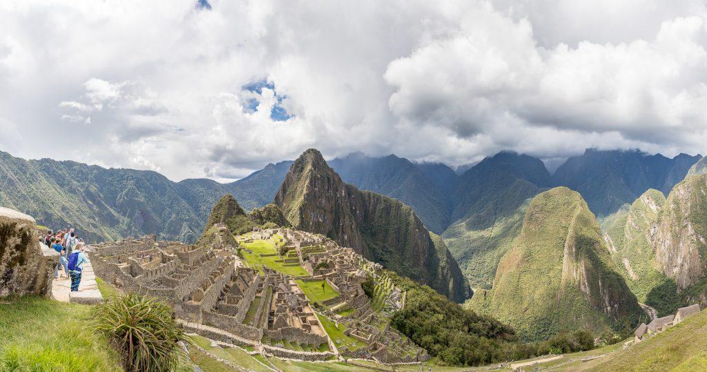 """Panorama von Machu Picchu - der Beiname """"Stadt in den Wolken"""" passt"""